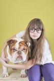 女孩和英国牛头犬 图库摄影