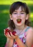 女孩和草莓 免版税库存图片