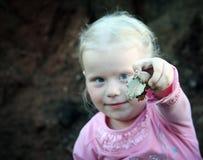 女孩和蜗牛 图库摄影