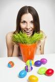 女孩和被绘的鸡蛋 免版税图库摄影