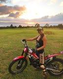 女孩和试验自行车 免版税图库摄影
