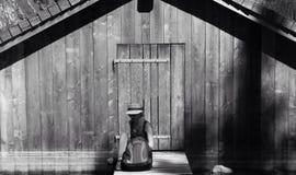 女孩和门在黑色 免版税库存照片