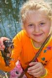 女孩和青蛙 免版税库存照片
