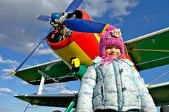 女孩和飞机 库存图片