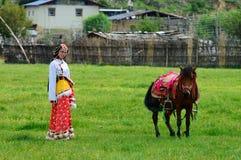 女孩和马在大草原 免版税库存照片