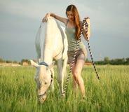 女孩和马 免版税库存照片