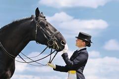 女孩和驯马马 免版税图库摄影