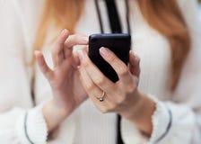 女孩和移动电话 免版税库存图片