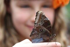 女孩和蝴蝶 免版税库存照片