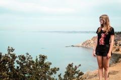 女孩和Oceanview从加利福尼亚海岸,美国 免版税库存照片