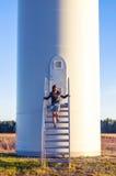 女孩和windturbine 免版税库存照片