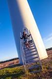 女孩和windturbine 免版税图库摄影