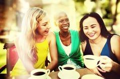 女孩咖啡休息谈的使变冷的概念 图库摄影