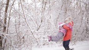 女孩哀伤的一点 两个姐妹在冬天森林里互相寻找和愉快 影视素材