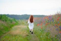 女孩哀伤的一点 儿童` s问题 孩子走单独户外 免版税库存图片