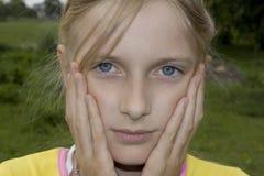 女孩哀伤的少年 免版税图库摄影
