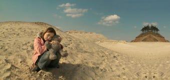 女孩哀伤的沙子 免版税库存图片