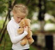 女孩哀伤的玩具 免版税库存照片