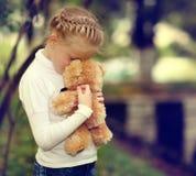 女孩哀伤的玩具 免版税库存图片