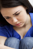 女孩哀伤的非常年轻人 免版税库存图片