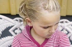 女孩哀伤的年轻人 免版税库存照片