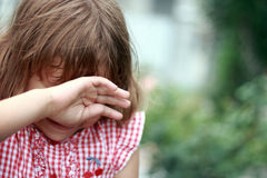 女孩哭泣。 免版税库存照片