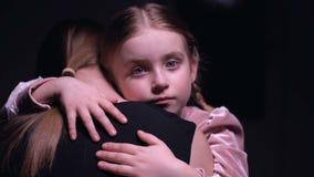 女孩哭泣的调查照相机和拥抱母亲,分离,特写镜头 股票录像