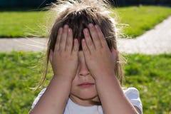 女孩哭泣 库存照片
