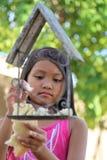 女孩哺养的鸟 库存图片