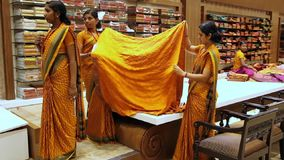 女孩售货员折叠莎丽服织品在印地安商店 影视素材