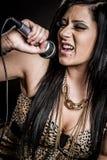 女孩唱歌卡拉OK演唱 免版税库存图片