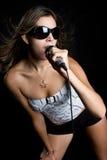 女孩唱歌年轻人 库存图片
