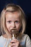 女孩唱歌的一点 图库摄影