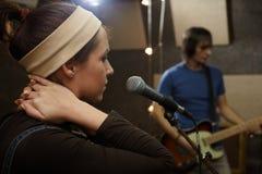 女孩唱歌的歌唱者 免版税库存照片