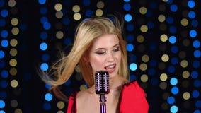 女孩唱精力充沛的歌曲,从她的头发振翼用不同的方向的风 股票录像
