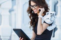 女孩商人与片剂个人计算机一起使用 免版税图库摄影