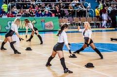 女孩啦啦队欢呼出现在Euroleague篮球FIBA妇女的阶段比赛的 库存照片