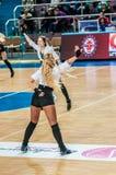 女孩啦啦队欢呼出现在Euroleague篮球FIBA妇女的阶段比赛的 免版税库存照片