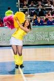 女孩啦啦队欢呼出现在Euroleague篮球FIBA妇女的阶段比赛的 免版税库存图片
