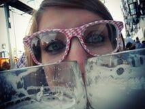 女孩喝啤酒 免版税库存图片