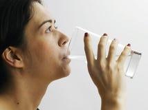 女孩喝水 免版税库存照片