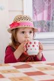 女孩喝牛奶 库存照片