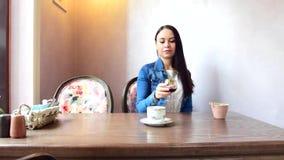 女孩喝茶或咖啡,然后喜欢选择一杯酒 股票录像