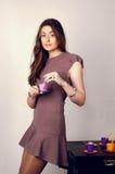 女孩喝茶 免版税图库摄影