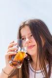 女孩喝 免版税库存照片