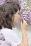 女孩嗅到的花 库存照片
