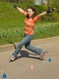 女孩四轮溜冰 库存照片