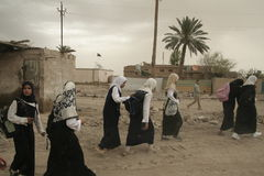 女孩回家伊拉克学校走 图库摄影