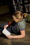 女孩图书馆 库存图片