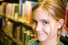 女孩图书馆 免版税库存图片